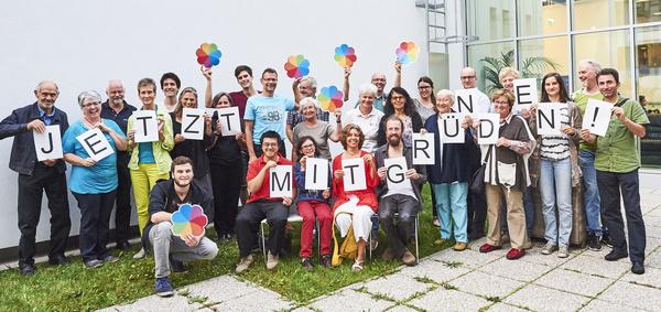 """Genossenschafter*innen mit Botschaft """"JETZT MITGRÜNDEN!"""" // Foto: Alexandra Pawloff"""